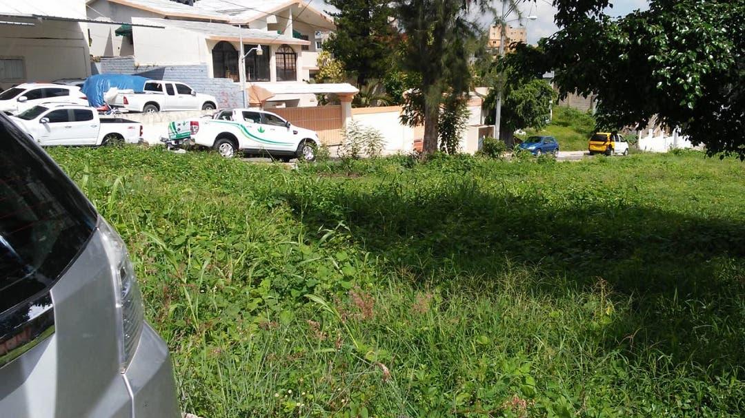 Moradores de Los Ríos denuncian que supuesto funcionario se quiere adueñar de un área verde