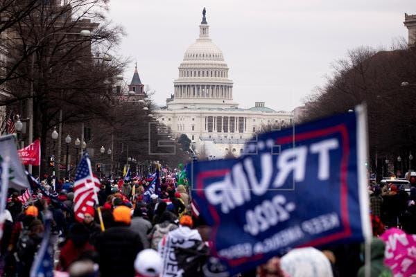 Republicanos se desmarcan de asaltante al Capitolio que acompañó congresistas