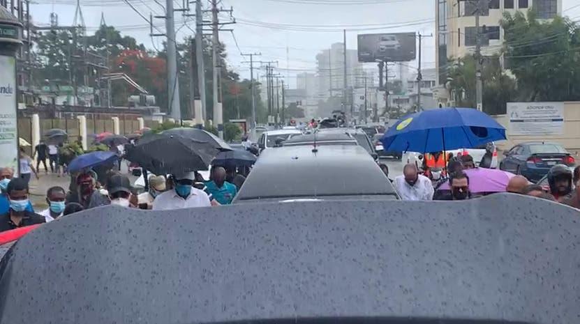 Cientos desafían la lluvia para acompañar cortejo fúnebre del Caballo Mayor en recorrido por Villa Juana