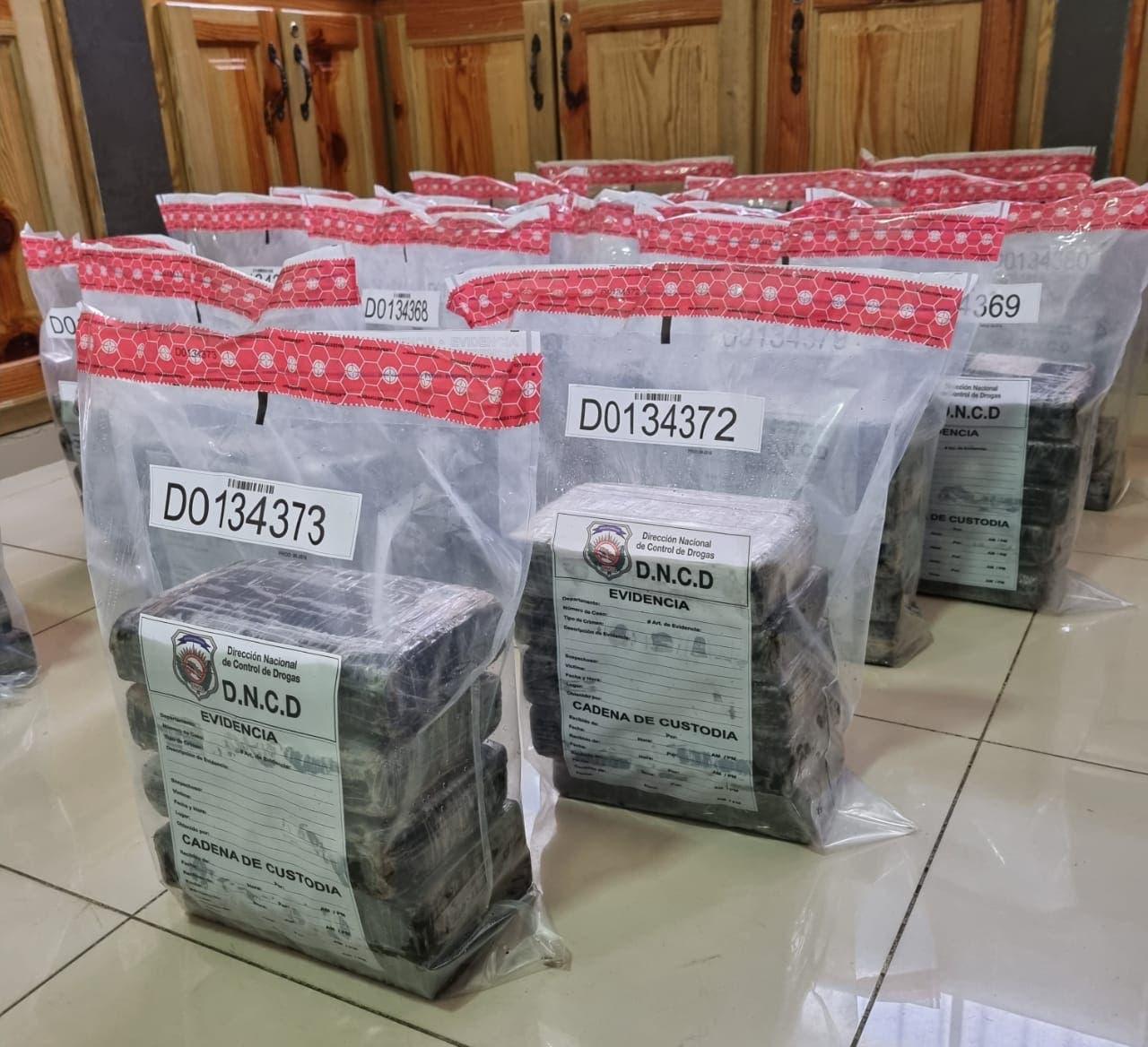 DNCD y Armada ocupan 90 paquetes de cocaína en costas de San Pedro