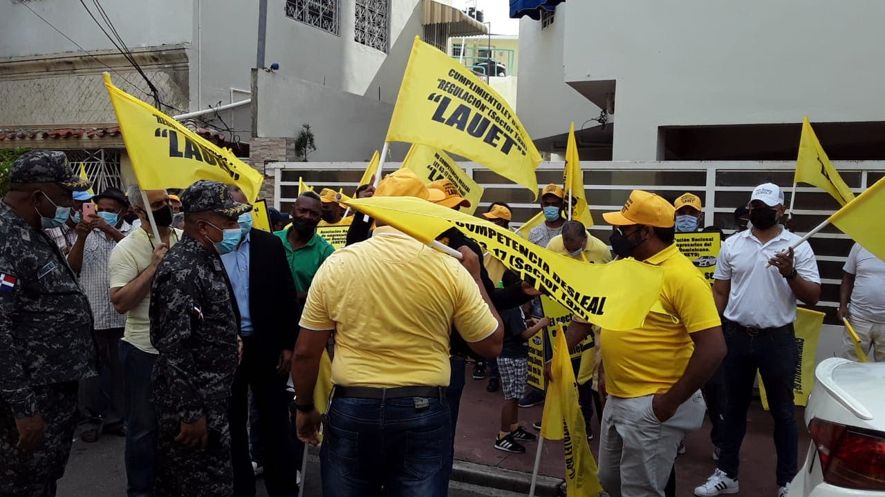 Taxistas protestan en demanda se cumpla ley 63-70