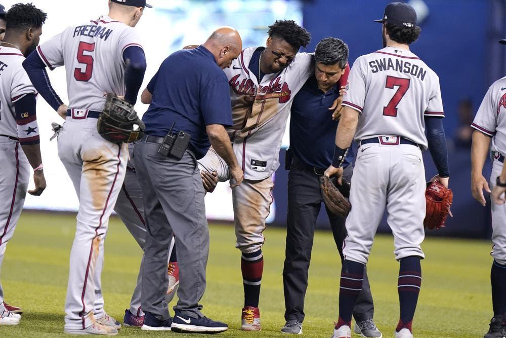 Ronald Acuña Jr. retirado con aparente lesión en la pierna derecha
