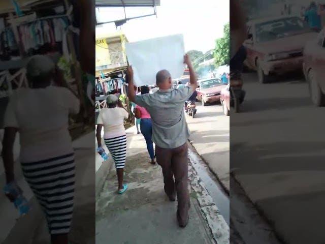 Moradores de San Felipe en Villa Mella protestan en demanda arreglo de calles