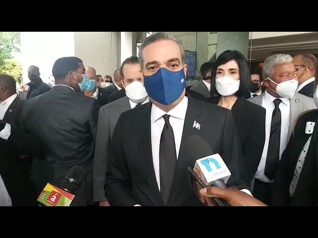 Presidente Abinader acude a funeraria a dar pésame a Leonel Fernández