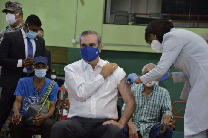 Presidente Abinader acudirá hoy a recibir tercera dosis de la vacuna Covid