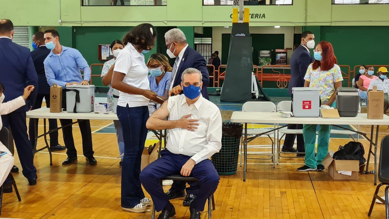 Presidente Abinader recibe tercera dosis de vacuna contra Covid