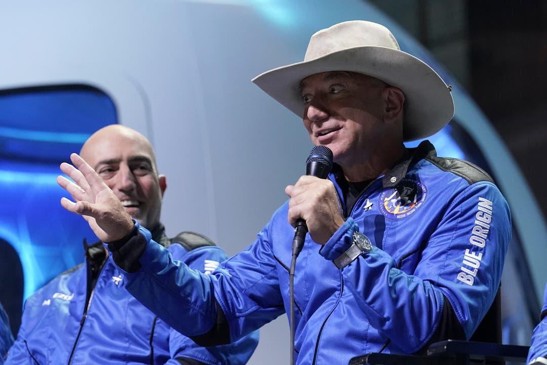 """Jeff Bezos llega al espacio en el """"mejor día"""" de su vida"""