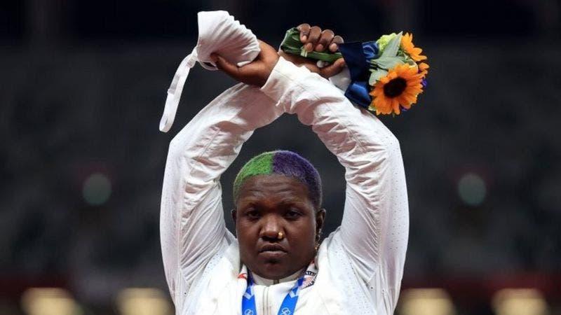 Qué significa la protesta de la atleta estadounidense que cruzó los brazos tras recibir una medalla en Tokyo 2020