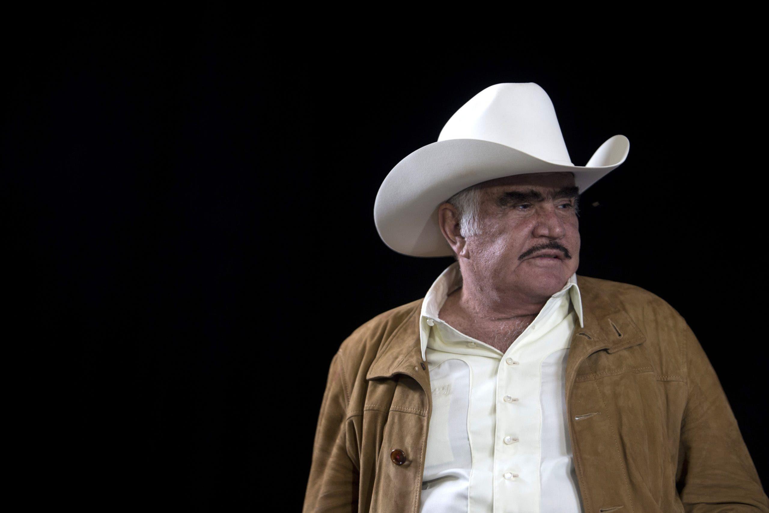 El astro de la música Vicente Fernández continúa grave pero estable