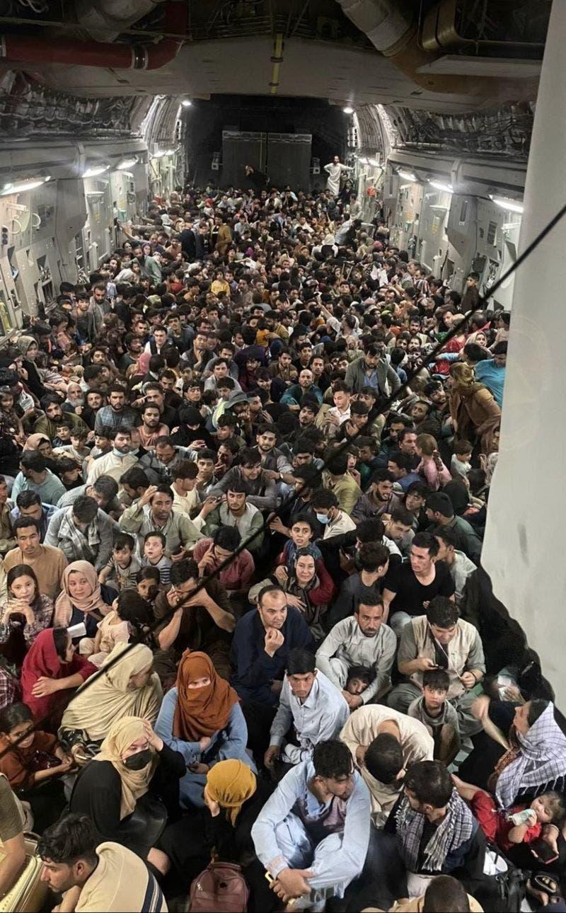 Afganistán: 640 personas huyen de Kabul en un avión militar abarrotado