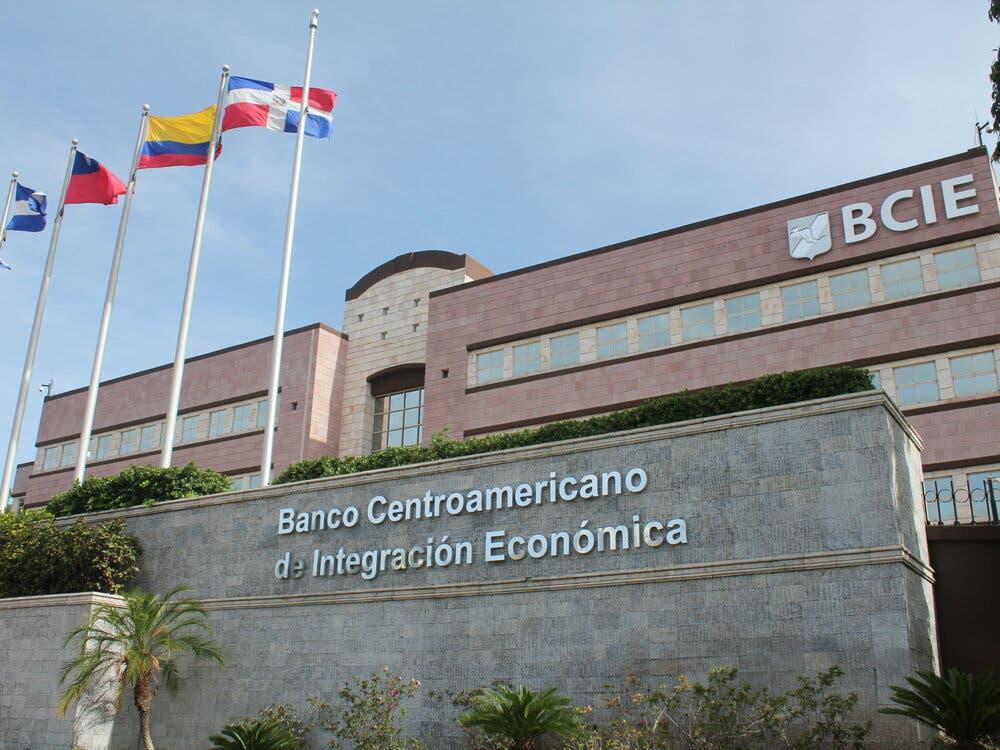 BCIE dona un millón de dólares a R. Dominicana para apoyar a Haití tras sismo