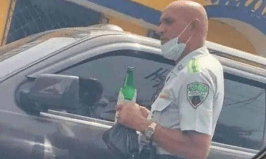 Digesett indaga oficial en foto  con cerveza