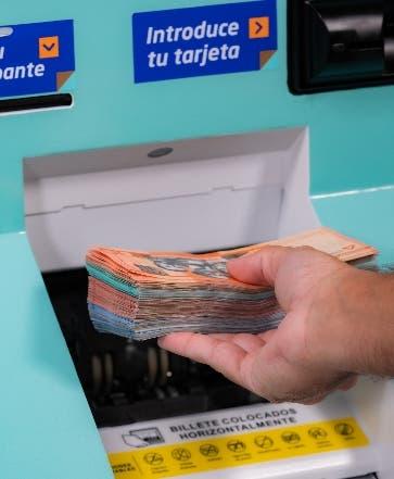 Banco Popular inserta cajero automático toma monedas