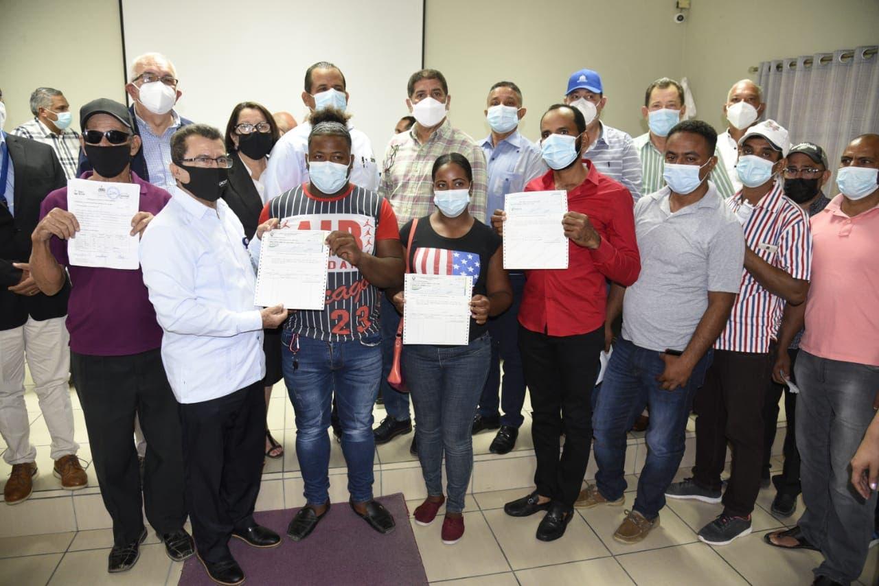 Gobierno entrega pagos a porcicultores de Santiago Rodríguez afectados por la peste porcina