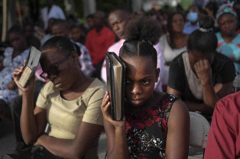 Haitianos regresan a las iglesias; pandillas ofrecen ayuda