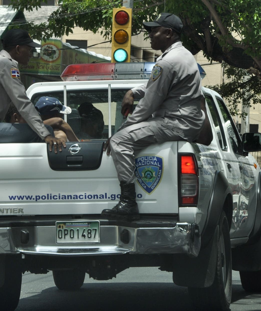 Policía apresa hombre por dispararle a dos personas en Santiago