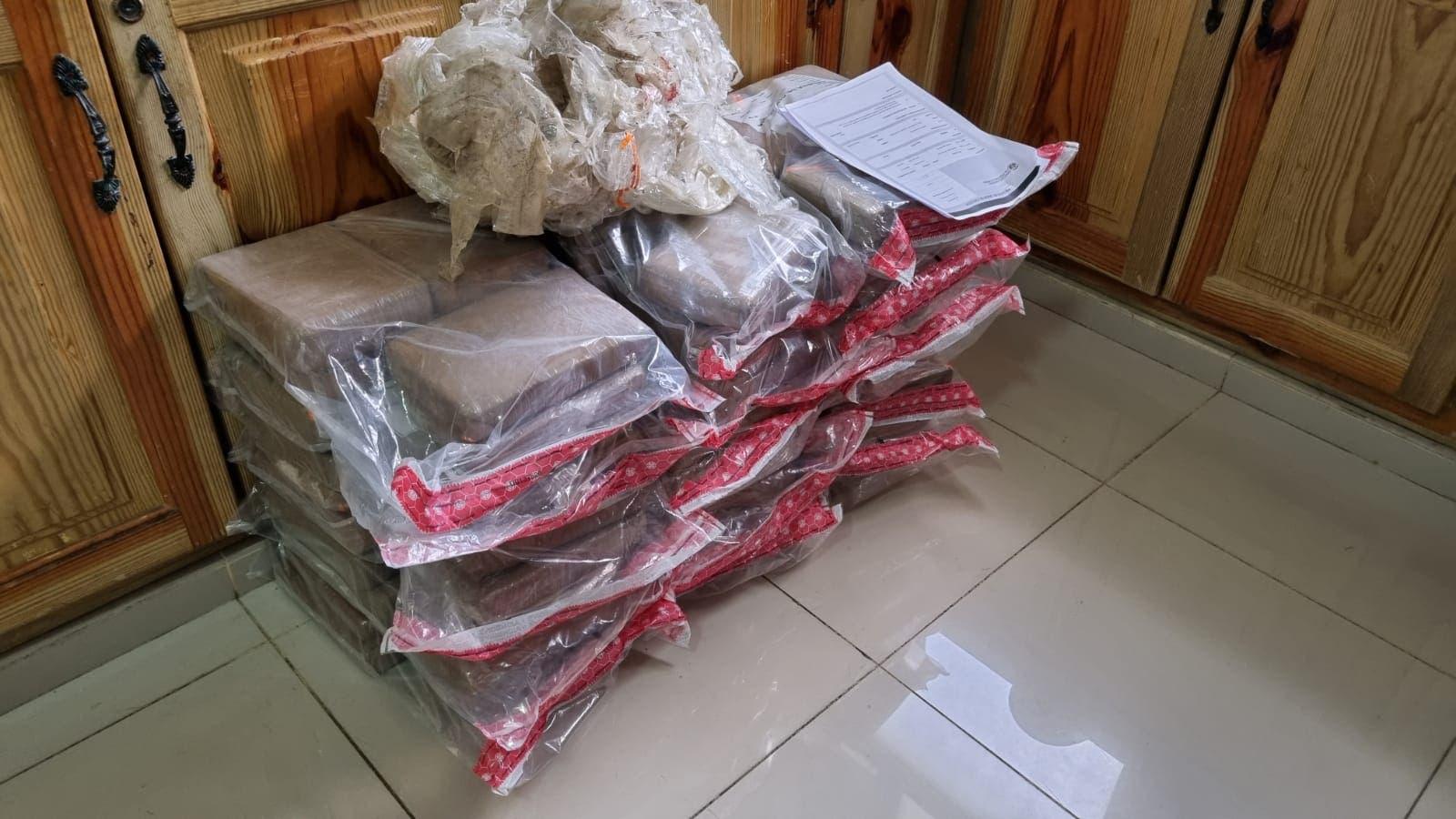 DNCD apresa a dos personas con 90 paquetes de droga en Azua