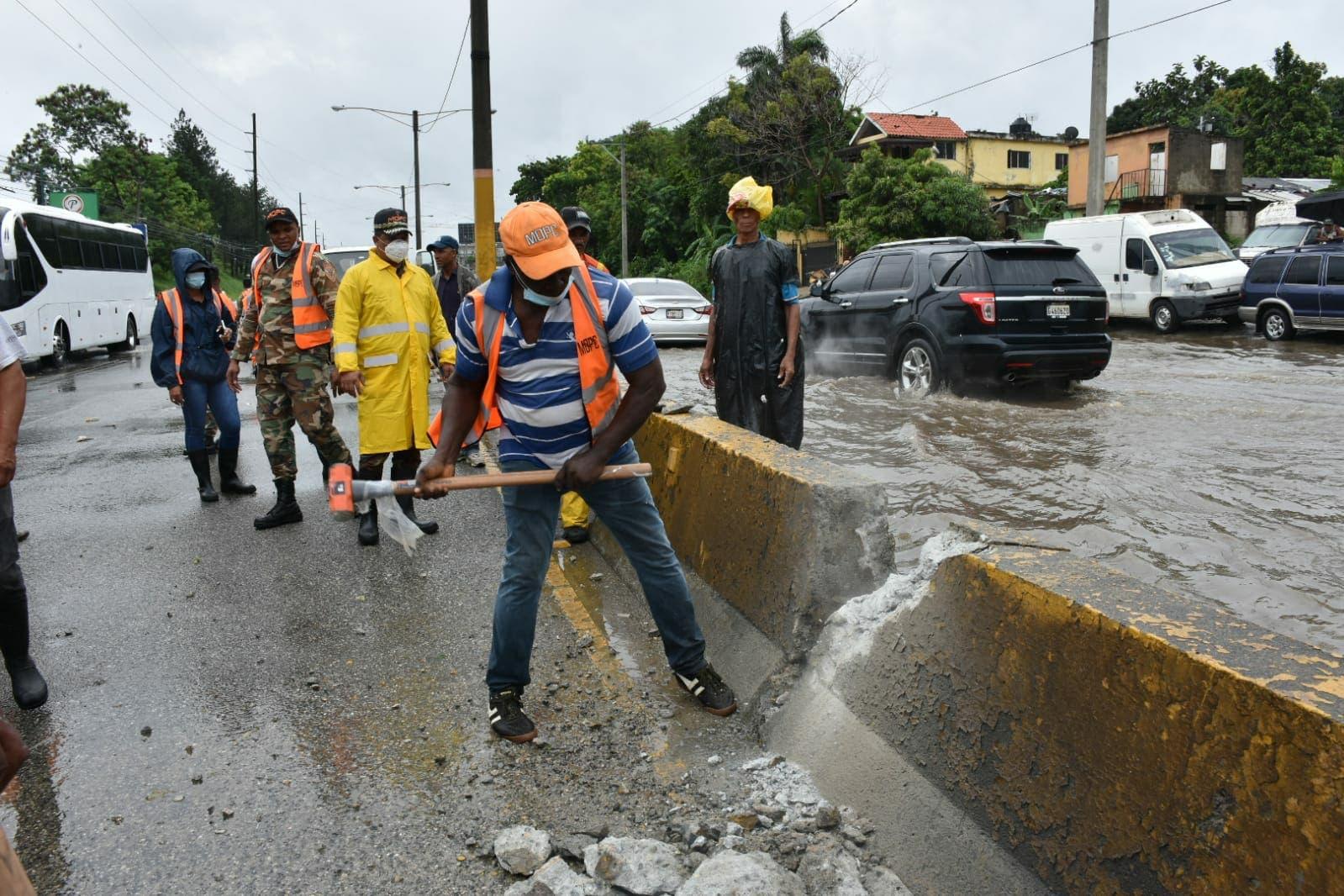 Obras Públicas realiza trabajos para solucionarproblema drenaje de la autopista Duarte