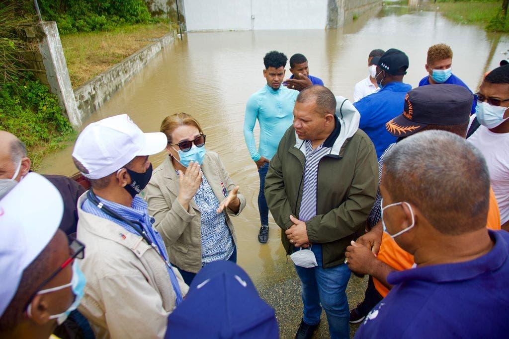 Carlos Guzmán acude en auxilio de 135 familias quedaron incomunicadas por crecida de cañada