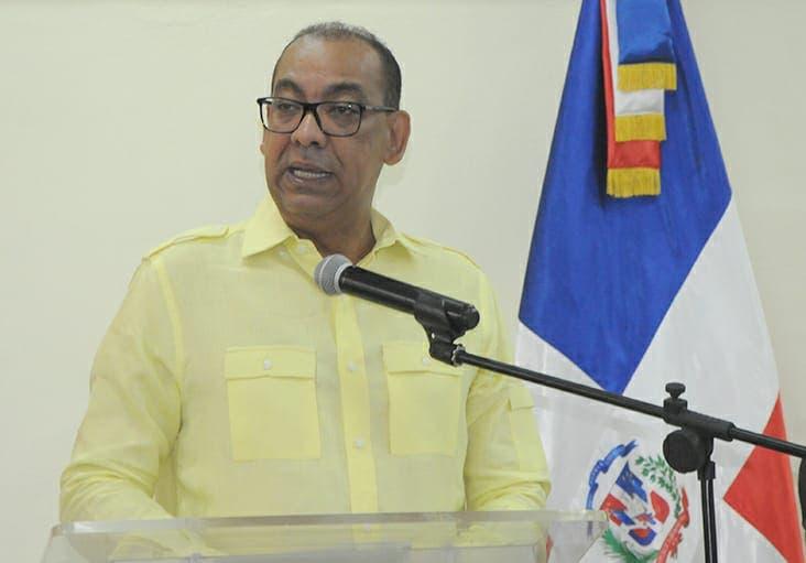 Ministro de Obras Públicas posesiona al nuevo director de Embellecimiento de Carreteras
