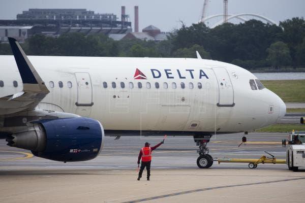La aerolínea Delta subirá prima del seguro médico a empleados sin vacunar