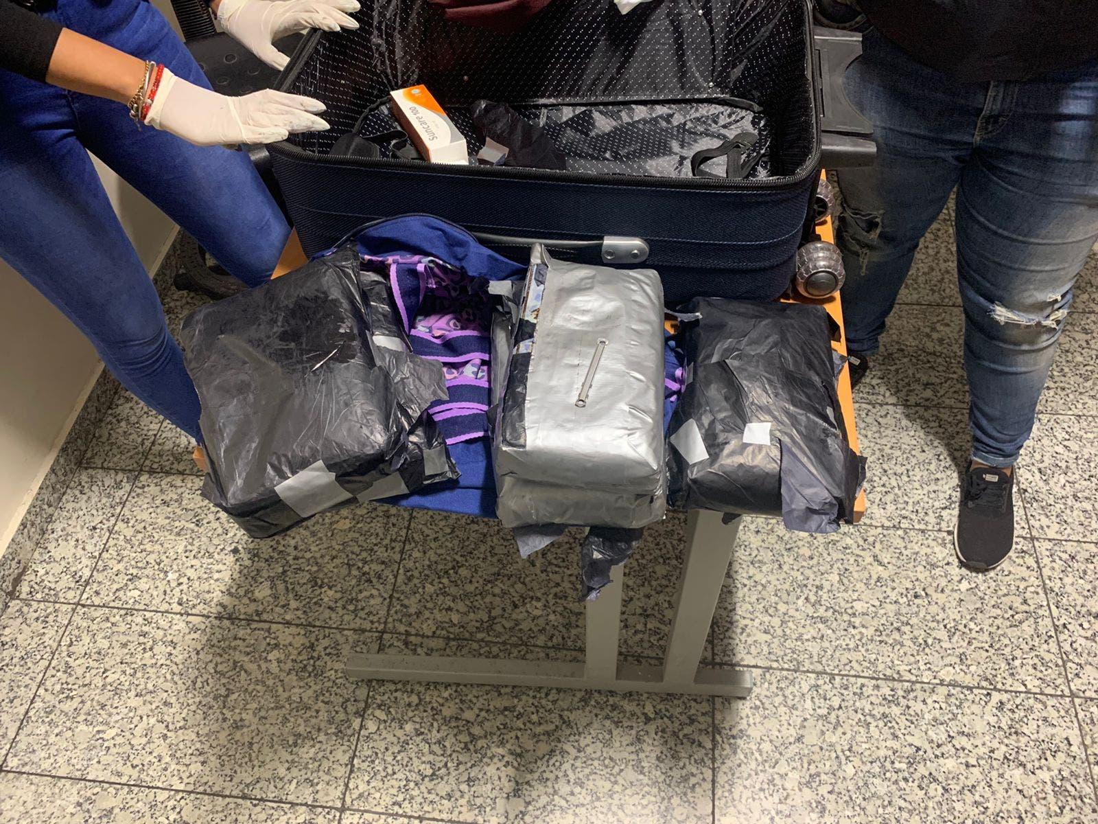 Detienen mujer en el AILA con cinco paquetes de cocaína