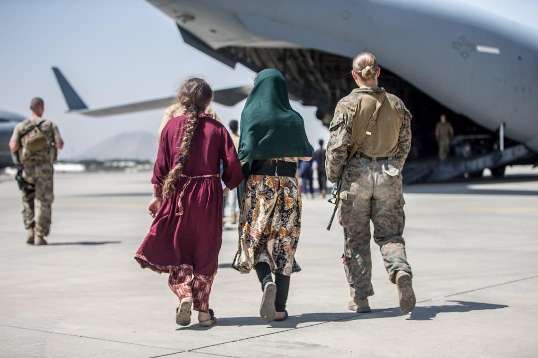 Vuelos de evacuación desde Kabul se reanudan tras atentados