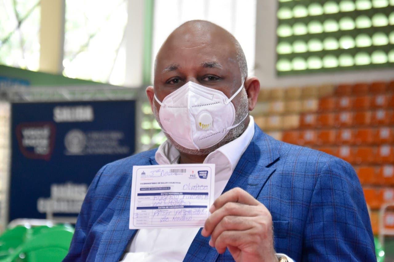 Ministro Fulcar recibe tercera dosis vacuna COVID19