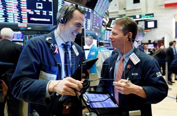 Wall Street acumula pérdida semanal por la covid-19 y la política monetaria