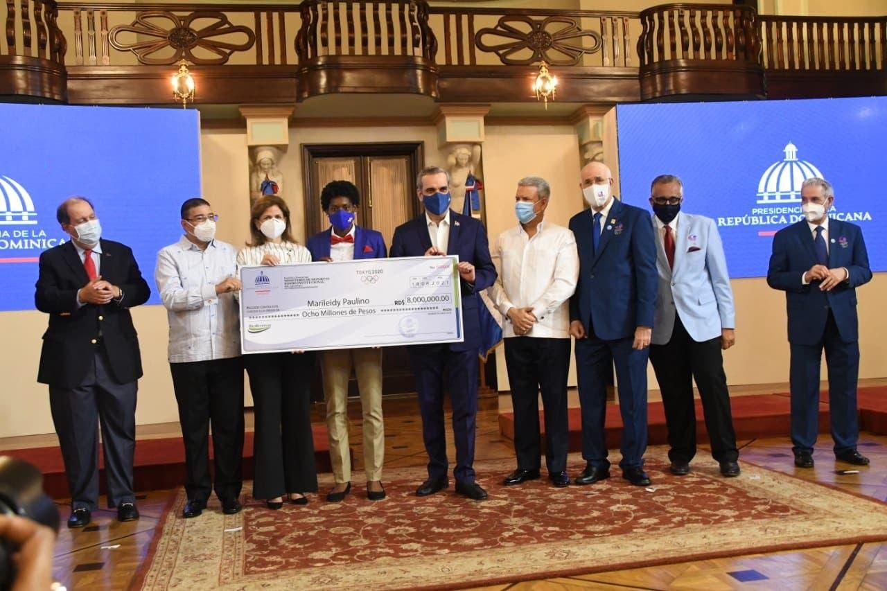 Gobierno entrega dinero prometido a medallistas de Tokio 2020