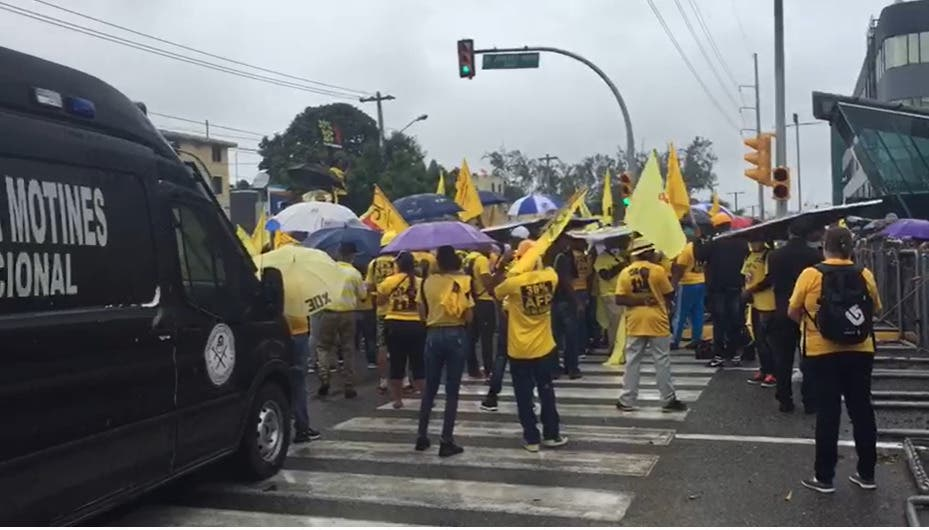 Botello y seguidores protestan frente a Congreso por devolución de 30% fondos AFP