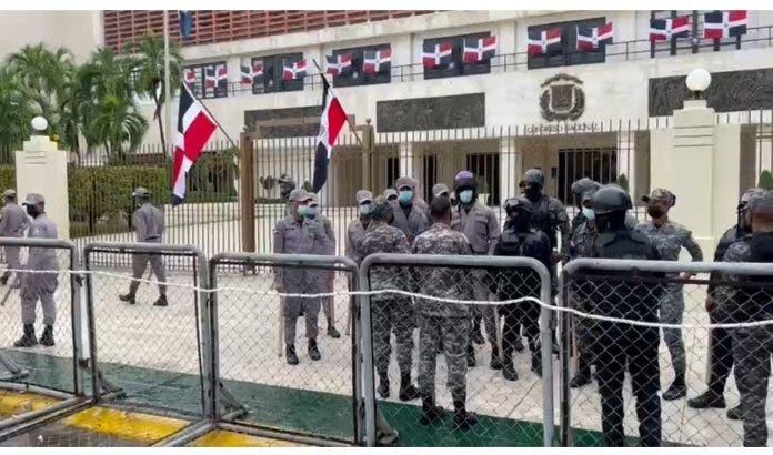 Refuerzan seguridad en el Congreso ante llamado a protesta en reclamo 30% AFP