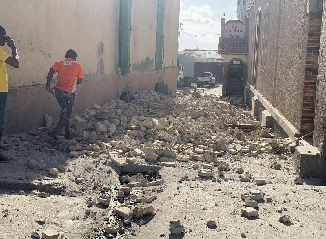"""Alerta de tsunami y """"probable"""" alto número de víctimas por el sismo en Haití"""