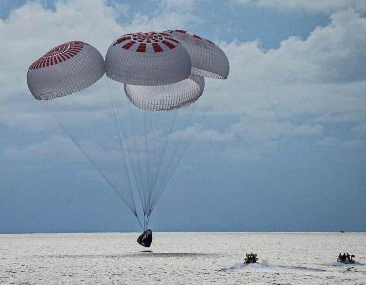 Cuatro turistas terminan su viaje a la órbita con acuatizaje