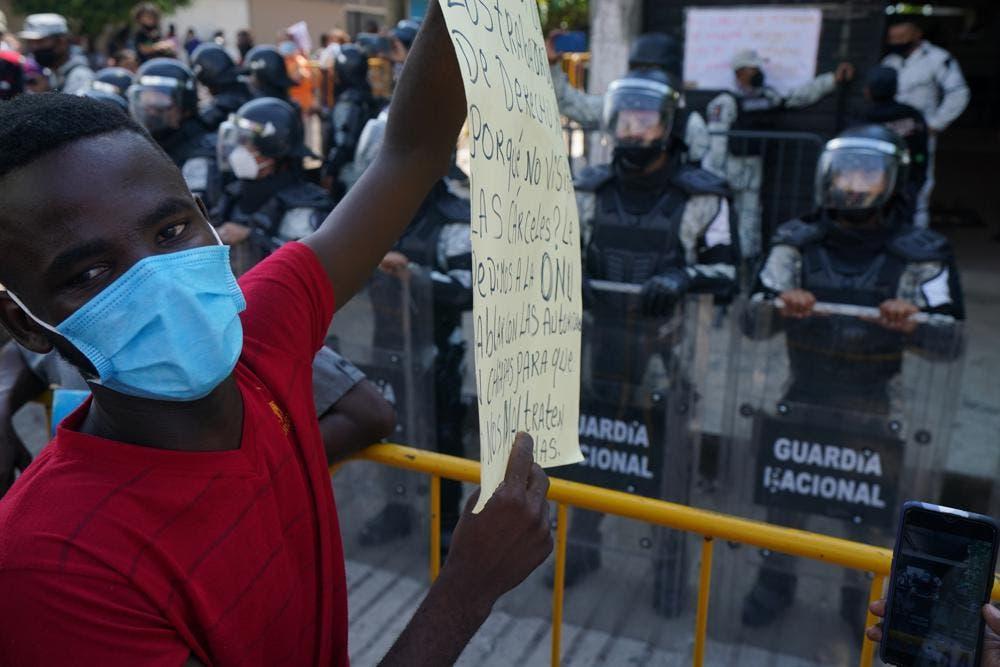 México inicia vuelos para devolver migrantes a Haití
