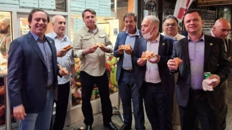 Foto de Bolsonaro comiendo en calle NY por no haberse vacunado contra covid-19