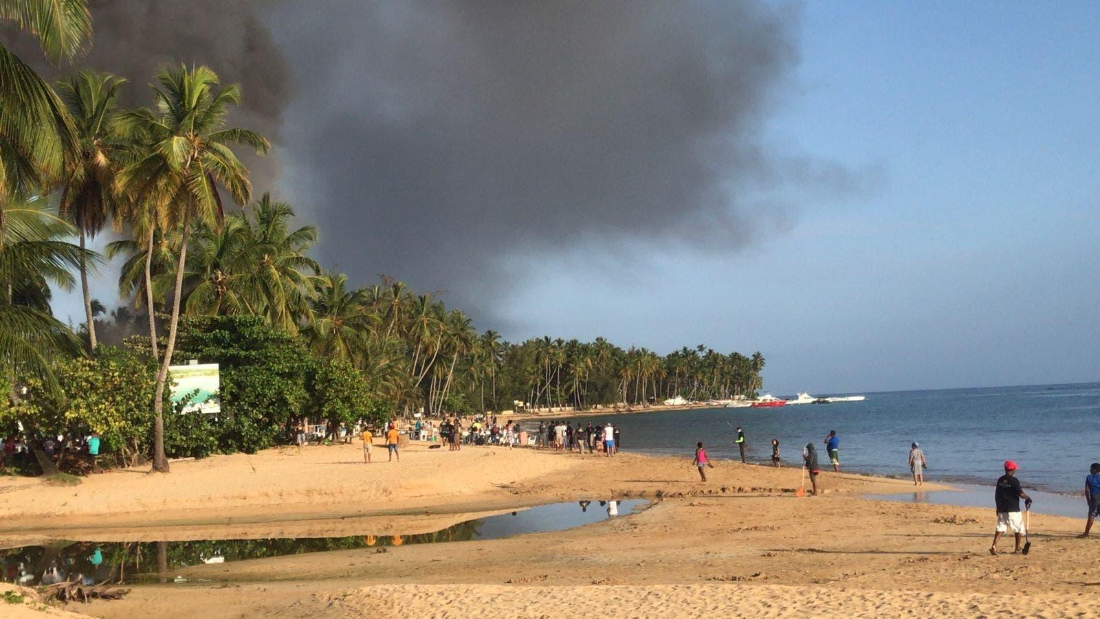 Así fue el fuego que destruyó varios negocios en Las Terrenas