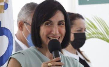 Primera Dama y directora del Inaipi entregan Caipi en Moca