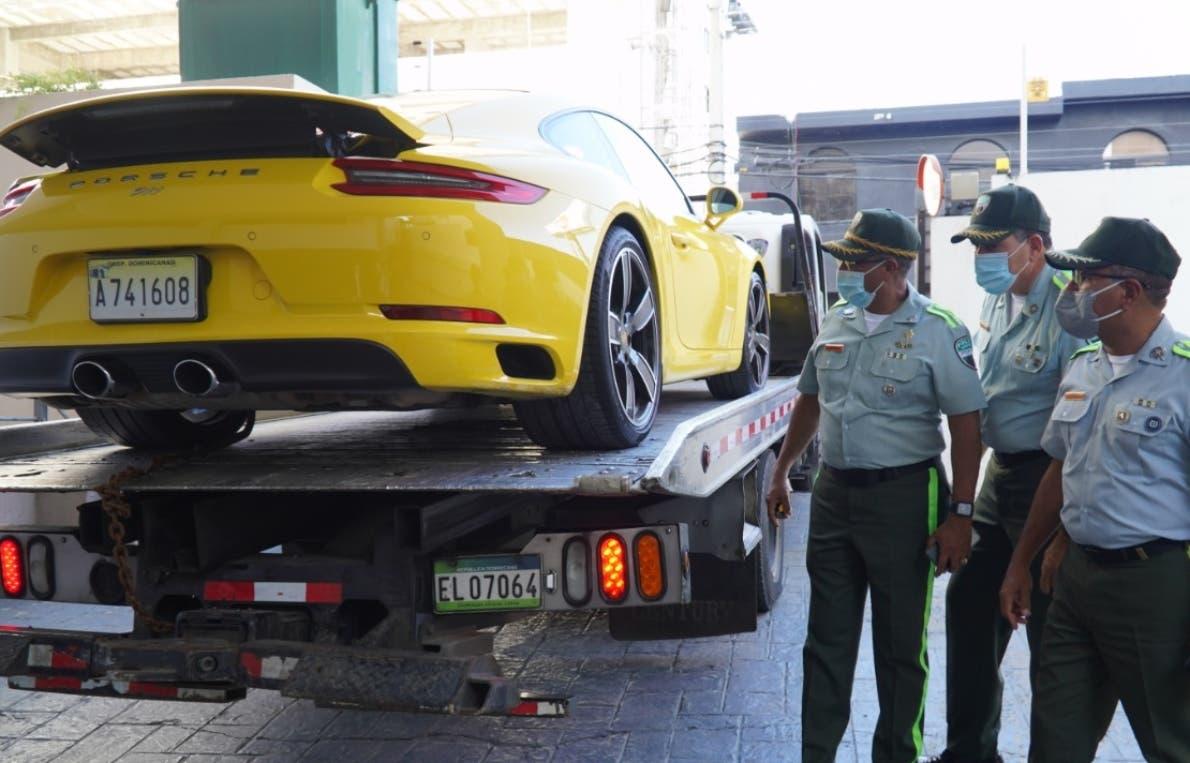 Propietario Porsche conducía  sin placa