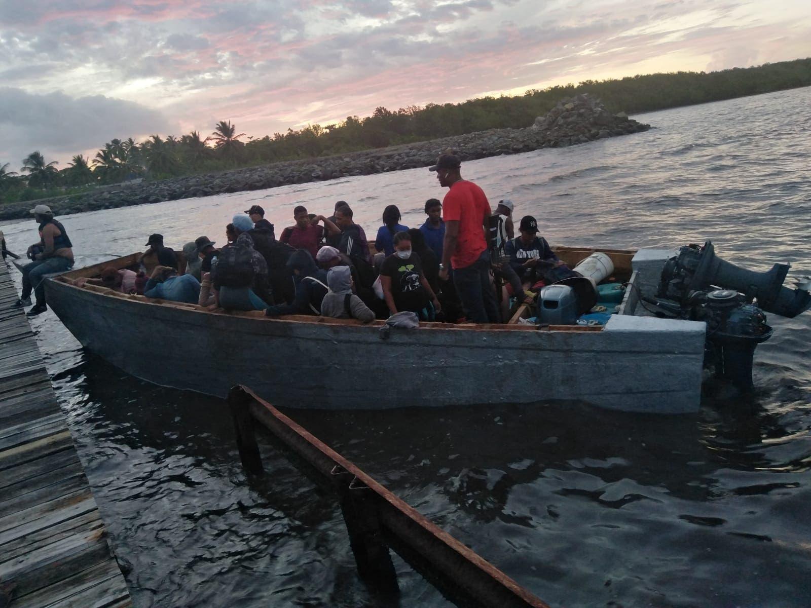 Armada Dominicana rescata 54 personas e intercepta yola se dirigía a Puerto Rico