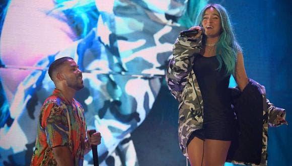 Karol G canta como fans junto a Romeo Santos en concierto de Aventura