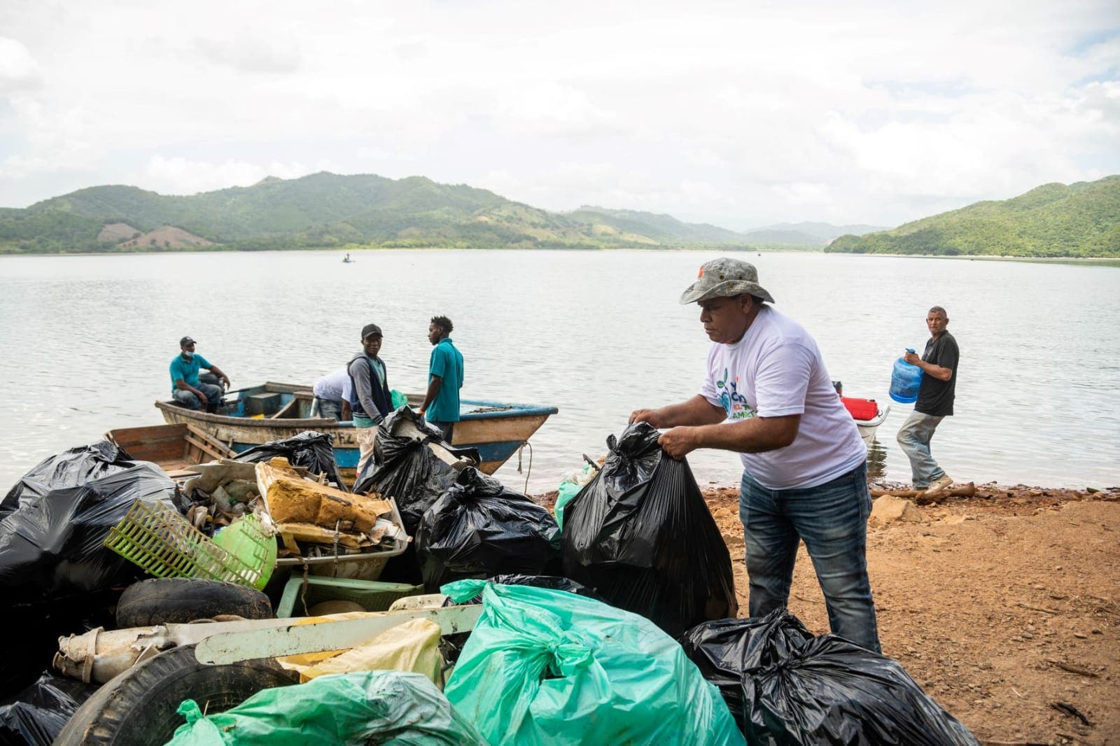 Barrick Gold realiza jornada de limpieza en playas y ríos