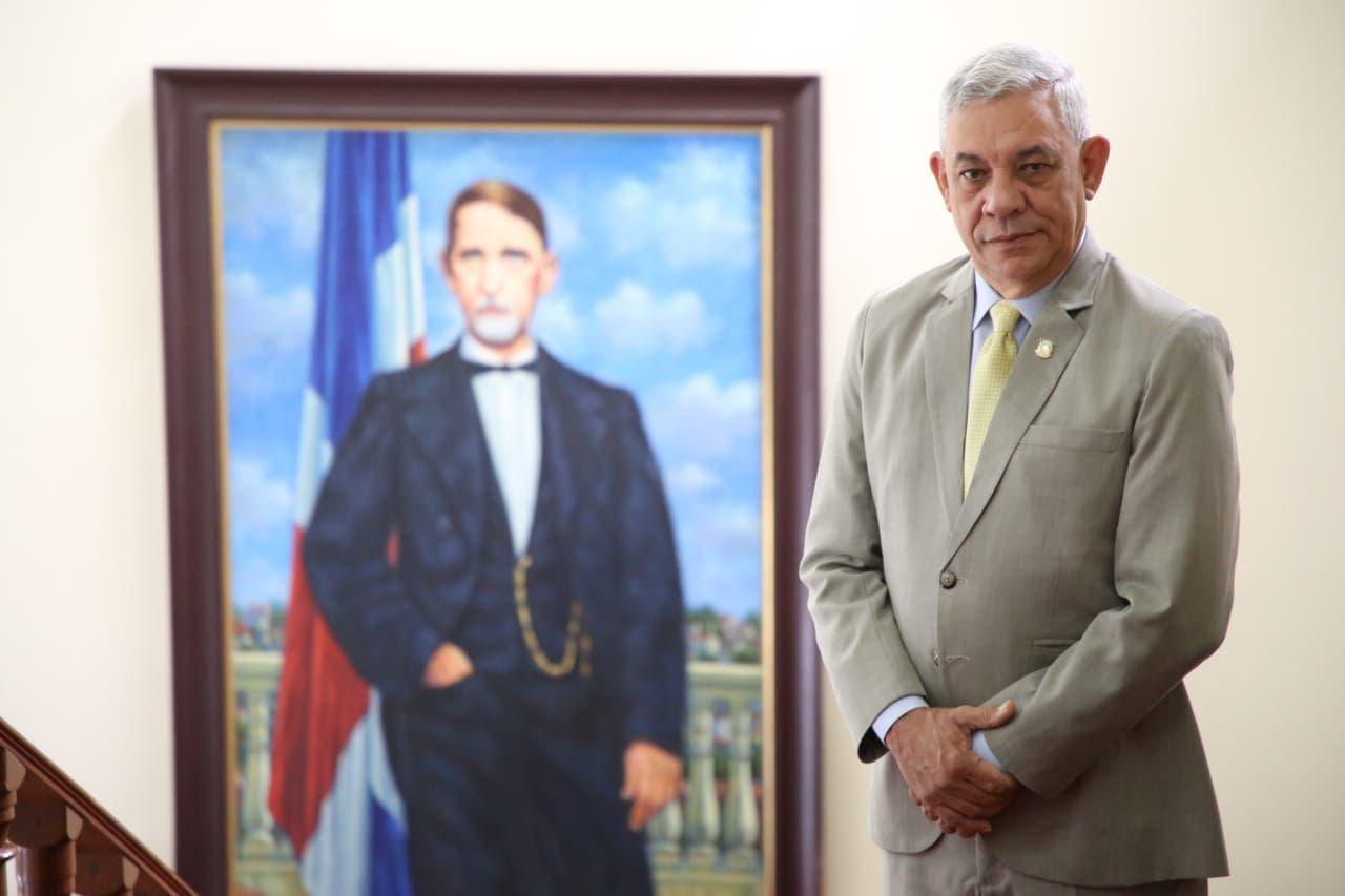Mateo Espaillat deposita proyecto de ley que regula mantenimiento de infraestructuras viales