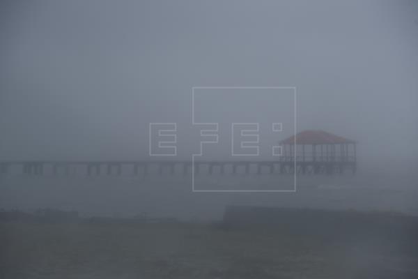 El huracán mayor Sam sigue fortaleciéndose lejos de la costa