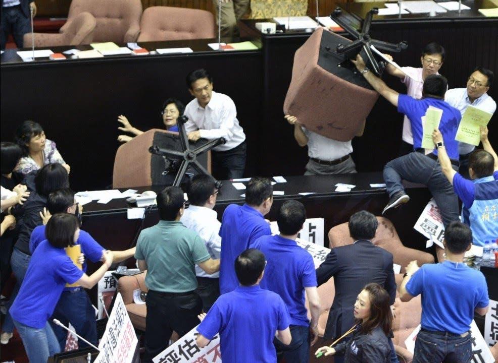 Trifulca en Parlamento de Taiwán por respuesta al COVID-19