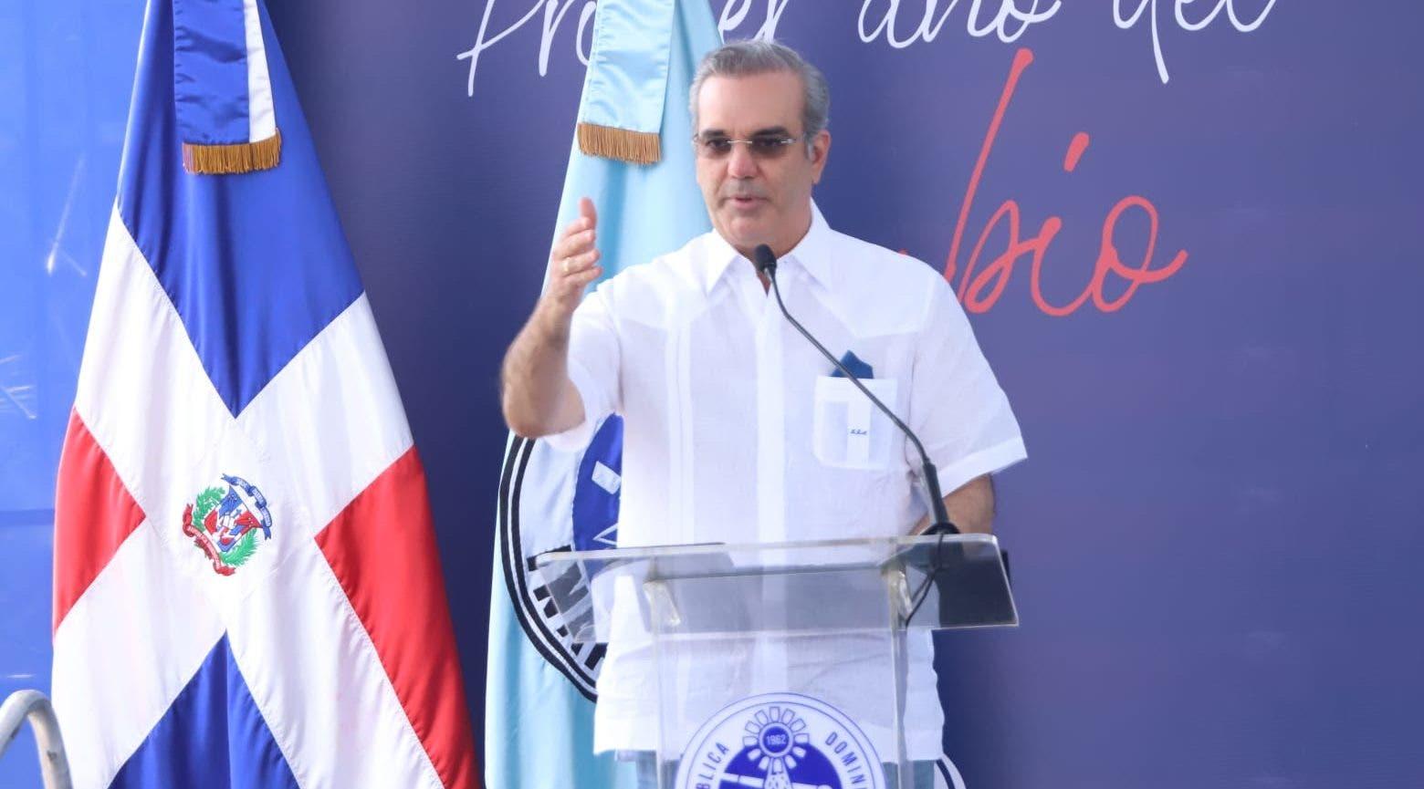Abinader afirma que en su gobierno «no se está robando» y se hacen más obras, con menos