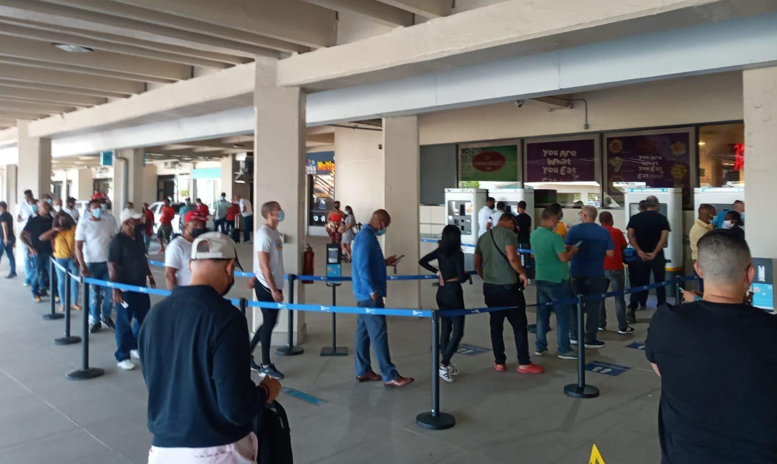 Filas y quejas en el Aeropuerto de las Américas por salida de servicio de máquinas para pago de parqueo