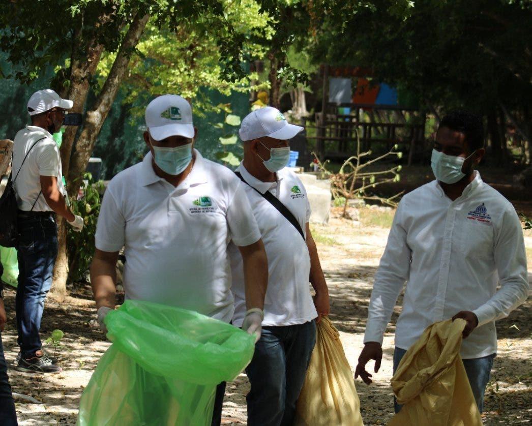 Colaboradores OMSA celebran Día Mundial de Limpieza de Costas con jornada de recolección de desechos en Bayahíbe