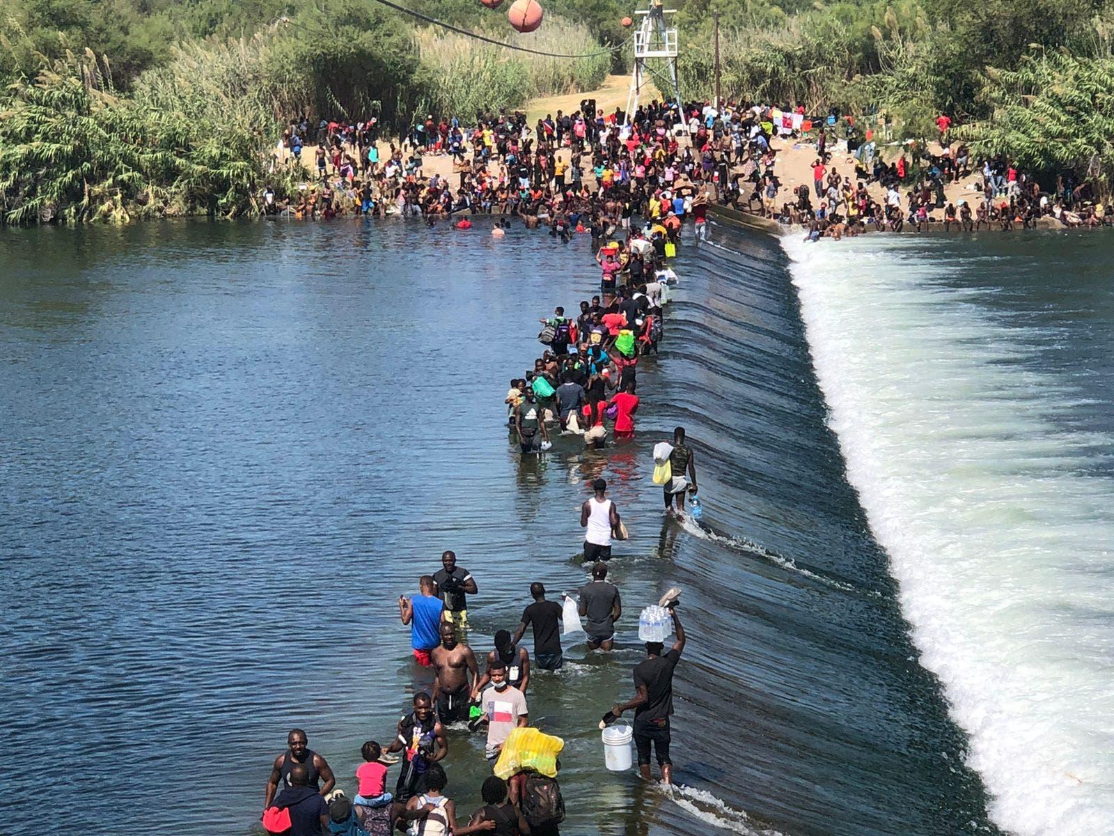 Imágenes de los miles de migrantes haitianos acampando bajo puente en Texas