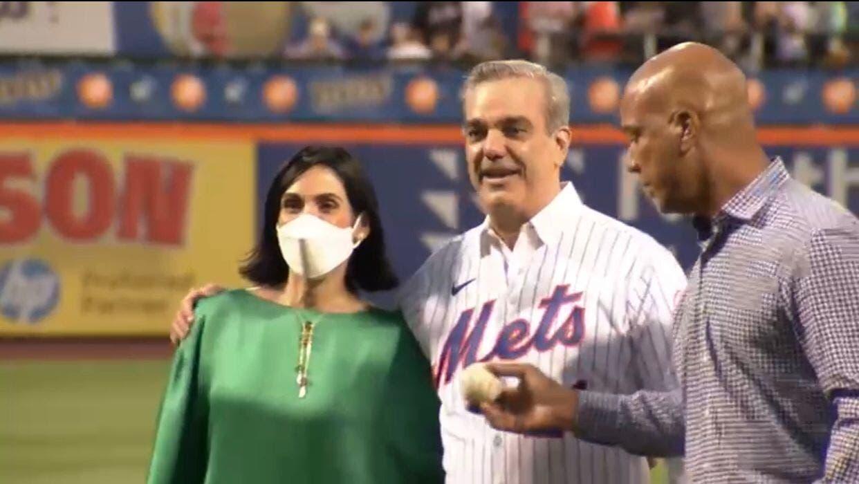 Presidente Abinader lanza primera bola de honor en partido Mets y Filis